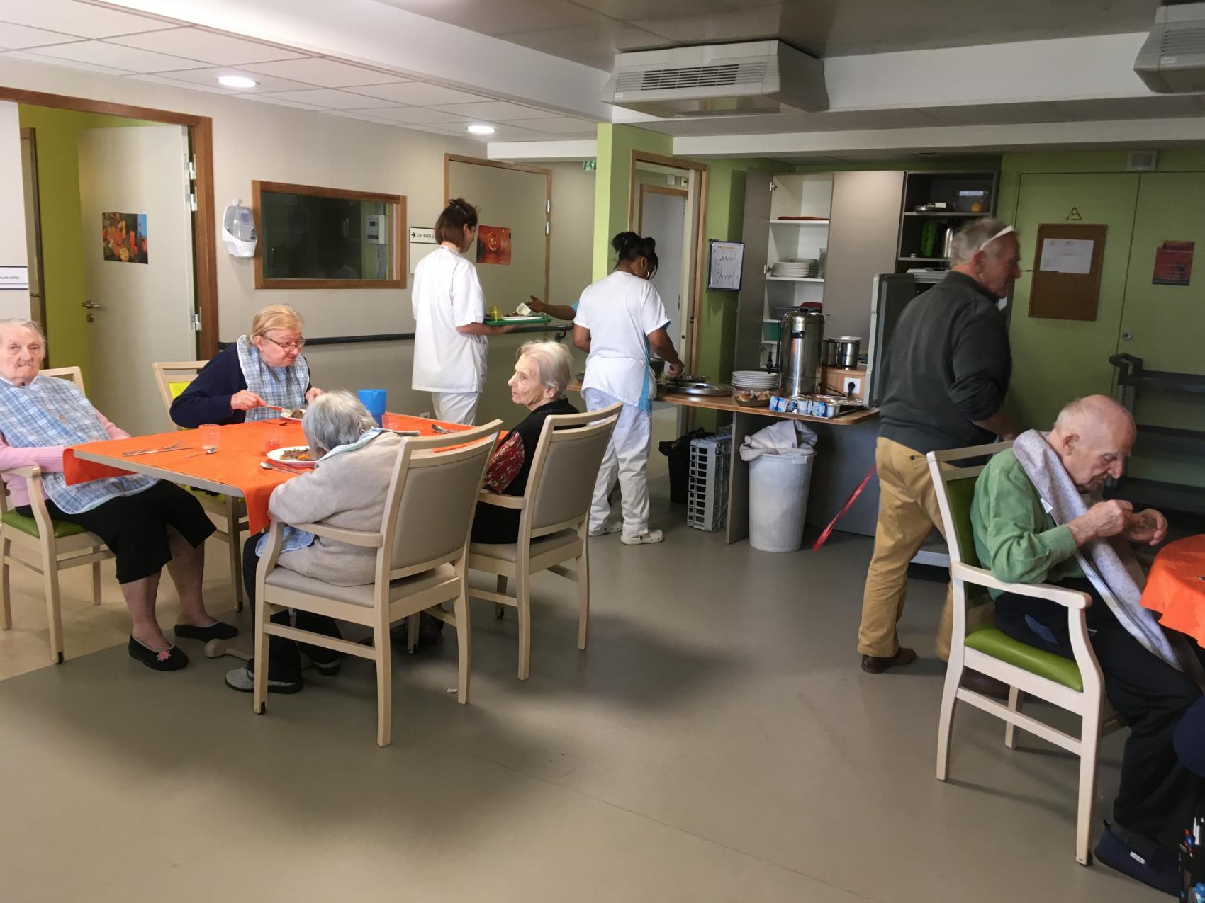 Les Girondines - UVP - Repas dans l'espace de vie
