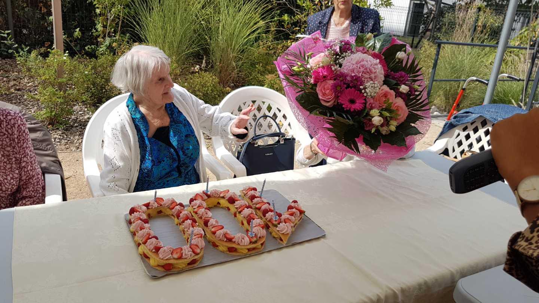 Cent ans de Mme Paillon - le gâteau