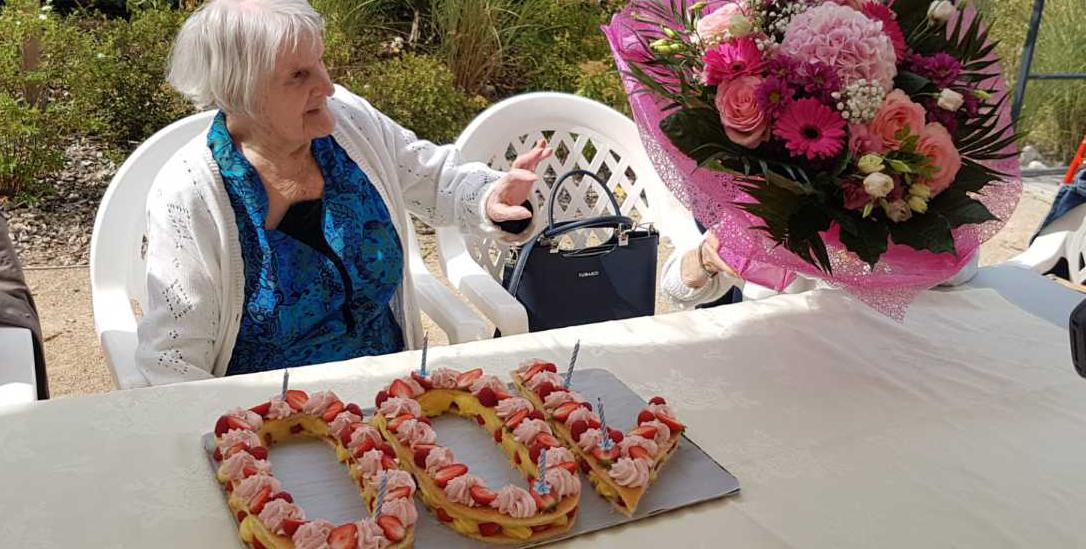 Mme Paillon avec fleurs et gâteau