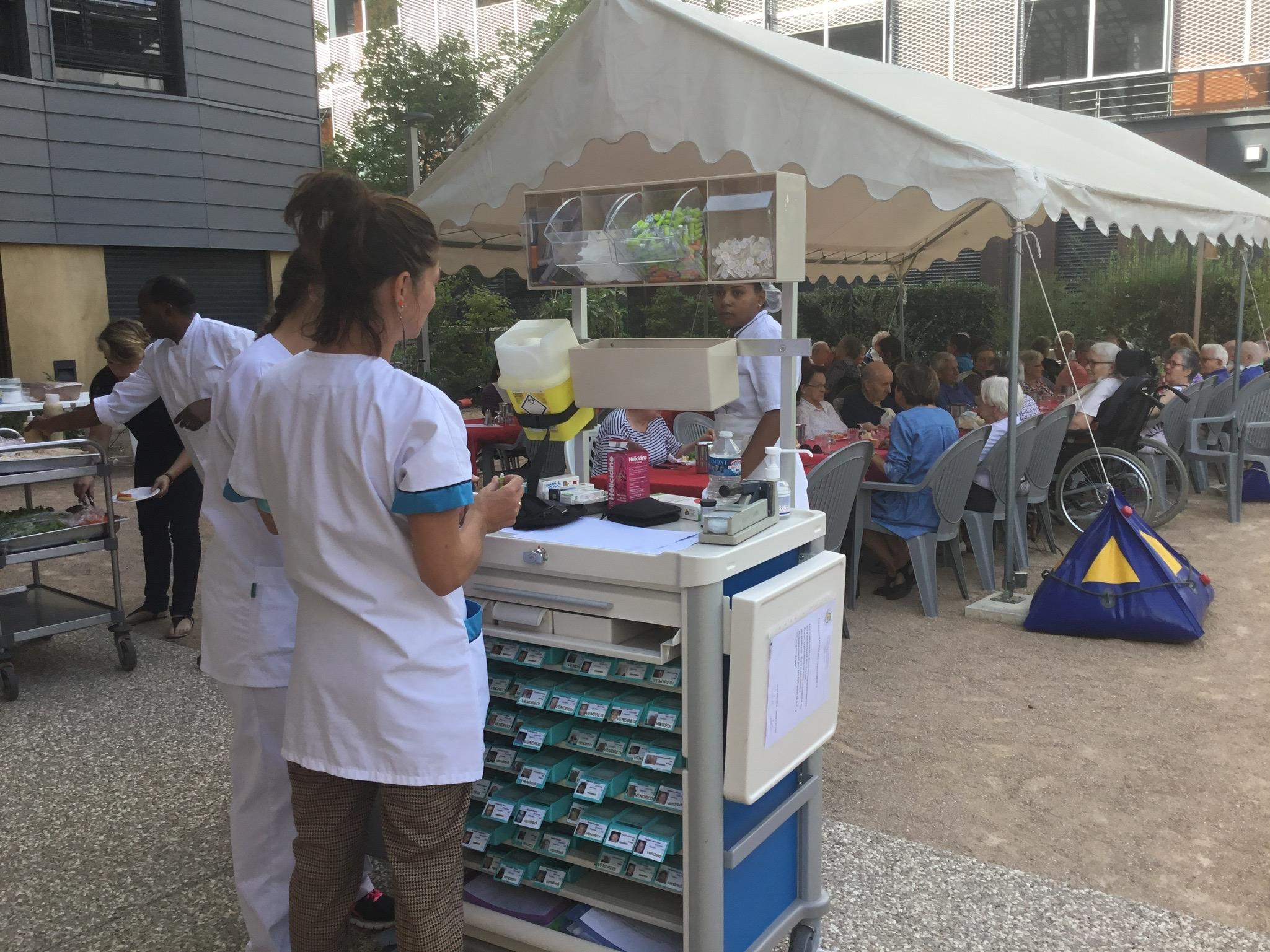 Repas sous chapiteau - cour des rencontres001