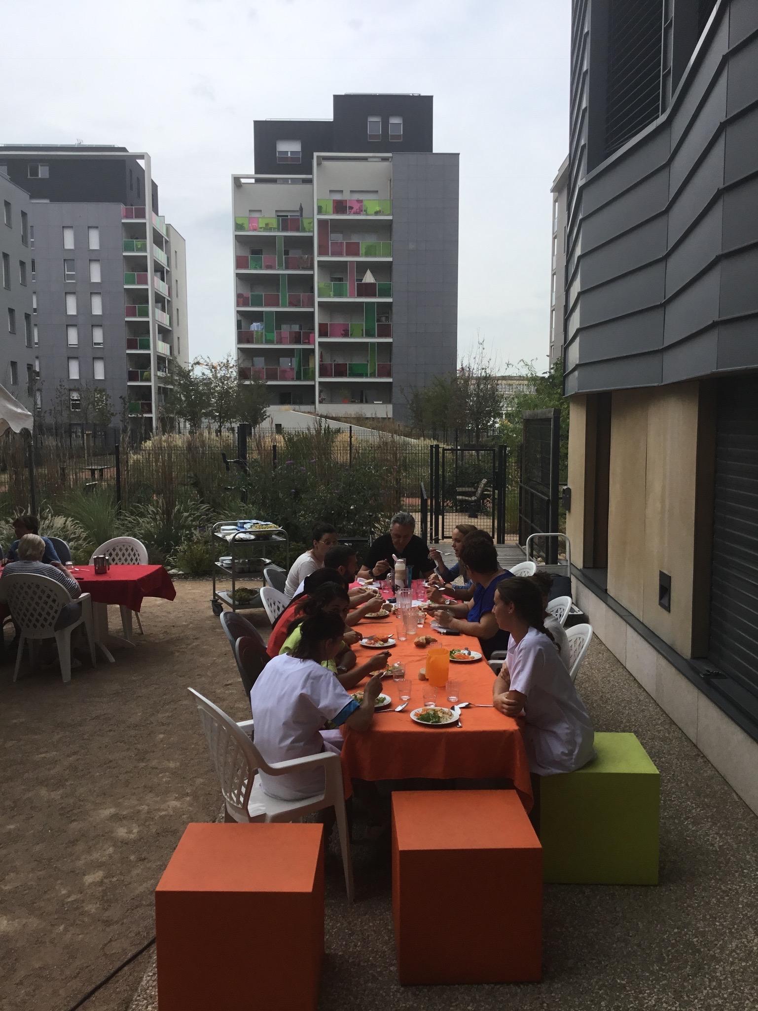 Repas sous chapiteau - cour des rencontres005